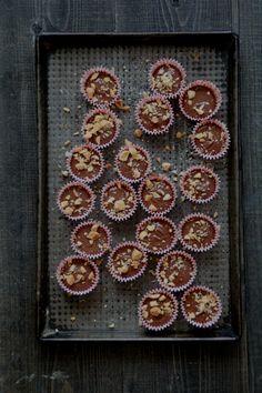 Sjokolade-peanøtt-konfekt Chocolate Peanuts, Grill Pan, Mocha, Muffin, Food And Drink, Snacks, Cookies, Breakfast, Desserts