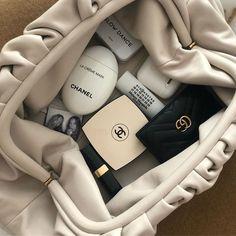 Inside my minimalist bag during fashion week.I'm a simple girl Cream Aesthetic, Classy Aesthetic, Aesthetic Vintage, Aesthetic Outfit, Aesthetic Black, City Aesthetic, Aesthetic Makeup, Slow Dance, Minimalist Bag
