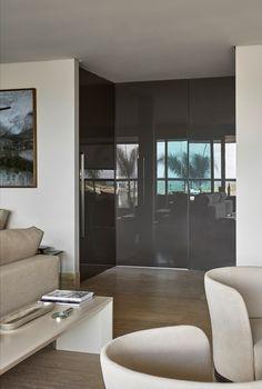As portas Dolomiti foram a escolha da arquiteta Márcia Carvalhaes para o apartamento decorado no Ed. Bordeaux, da Conartes Engenharia. O tom de vidro Nocciola cria uma base neutra e atemporal Foto: Jomar Bragança