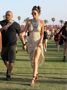 Kendall Jenner aterrissa no Coachella com vestido boho e cabelos à la anos 1990