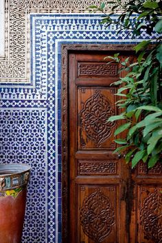 That is the outwardly visible side of Marrakesh: why not let Angelica and Alessio show you the quieter corners: the riad gardens. Moroccan Garden, Moroccan Blue, Moroccan Design, Moroccan Style, Modern Moroccan, Moroccan Decor Living Room, Morrocan Decor, Moroccan Bathroom, Moroccan Doors
