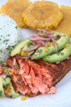 Salmão grelhado com salsa de abacate