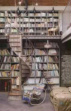 Private Bibliothek mit irrer Wendeltreppe aus Metall