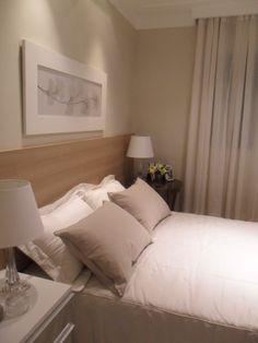 quarto de casal pequeno em tons de bege, cabeceira de madeira que pega metade da dimensão da parede, com criados mudo e abajur Quartos de casal para sonhar - Reciclar e Decorar : decoração com ideias fáceis