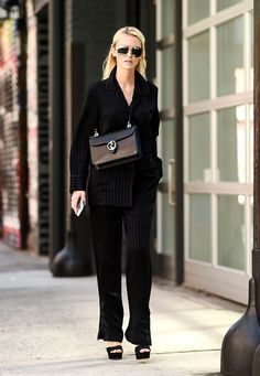 Inspiración de estilo para cuando tienes una entrevista de trabajo: look all black con tacones negros y blazer.