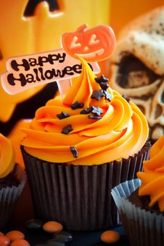 Happy Halloween cupcake by RuthBlack. Cupcakes decorated with a halloween theme Halloween Desserts, Halloween Cupcakes, Fröhliches Halloween, Hallowen Food, Holiday Cupcakes, Homemade Halloween, Halloween Treats, Halloween Chocolate, Cupcake Rosa