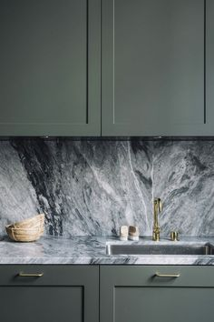 is how beautiful a marble wall is in a dark kitchen This is how beautiful a . Here is how beautiful a marble wall is in a dark kitchen This is how beautiful a .,Here is how beautiful a marble wall is in a dark kitchen This is h. Home Decor Kitchen, Kitchen And Bath, New Kitchen, Kitchen Dining, Kitchen Cabinets, Kitchen Hacks, Green Cabinets, Awesome Kitchen, Marbel Kitchen