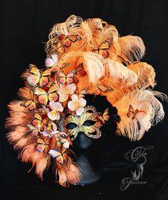 Antifaz inspirado en la mariposa monarca, realizado con orquideas de terciopelo, cristales de swarovski y plumas de avestruz.