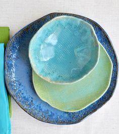 Rústica, con tonos azules y turquesas vidriados.