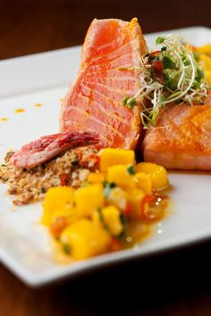 Receita de salmão semi-grelhado com farofa de camarões secos e vinagrete thai