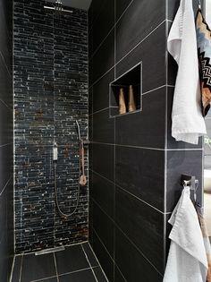 ... in de badkamer geven een heel andere uitstraling dan witte tegels