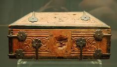 Carved casket made of linden of around 1200. Painted  reddish brown  fastened with bronze rosette bands. Lock and hasp are missing, Cologne