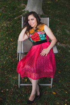 AIDE GUIPUR - Tela: Chantilli Tipo de bordado: Antiguo con aguja Región en que elabora: Istmo de Tehuantepec, Oaxaca, México Diseño: Vestido con blusa recta ajustada a la cintura y con falda tableada.