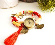 Montre bracelet biais japonais rouge double-tour, cadran vintage, éventails et pompon rouge. : Montre par mes-tites-lilis