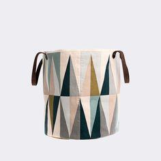ferm LIVING Cesto Spear/Spear Basket  https://www.aitonordic.it/collections/protti-per-cucina-e-per-tavolo/products/spear-cesto-ferm-living