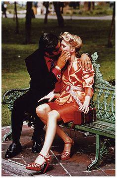 """Kiss in the park, 1974"", fotografia de Helmut Newton para a ""Stern Magazine"". Veja mais em: http://semioticas1.blogspot.com.br/2014/02/misterios-de-clarice.html -repinned from LA portrait studio http://LinneaLenkus.com  #fineartportraits"