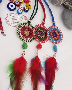 Feather Necklaces, Feather Earrings, Diy Accessories, Crochet Accessories, Crochet Keychain, Crochet Earrings, Crochet Designs, Crochet Patterns, Jewelry Crafts