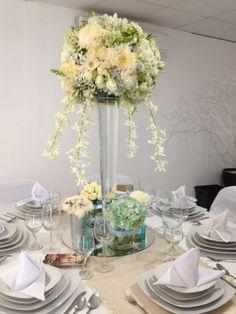 Centro de mesa alto con cascadas de orquidea dendrobium y detalles azul menta.