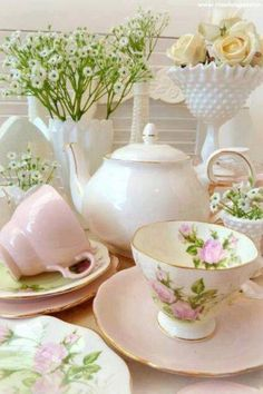 Happy tea cup set for a lovely tea time!  Aline♥