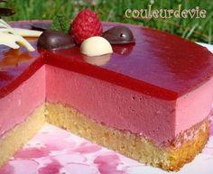 Bavarois aux framboises, miroir aux fraises, sur fondant aux amandes – Couleurdevie