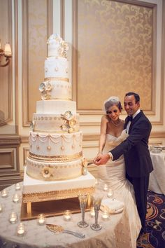 Fancy White and Gold Wedding Cake, Grand Cake, Sugar Flowers, Gold Cake Stand, Renaissance Cake Beautiful Wedding Cakes, Gorgeous Cakes, Pretty Cakes, Elegant Wedding, Dream Wedding, Luxury Wedding, Huge Wedding Cakes, White And Gold Wedding Cake, White Gold