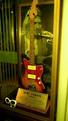 Kurt'display display of guitar andvsubglasses