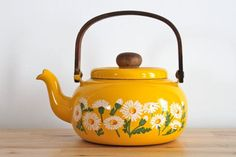 Fun sunshine yellow daisy print teapot.
