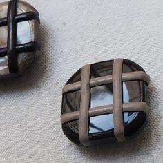 f8527c7aa84 set de boutons carrés croisés marron beige 30mm - Buttons Paradise