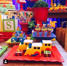 Decoracao tema brinquedo. Festa brinquedos antigos. Personalizados por @ateliefabiqueiroz. Decoracao por @encantefestasrecife no Instagram