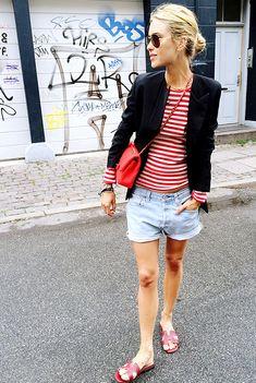shorts jeans, rasteirinha, t-shirt listrada e blazer.
