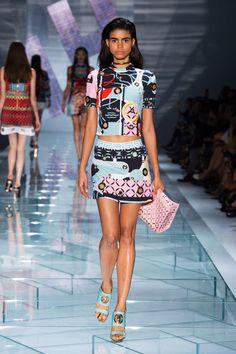 Trendy Beachwear for the Summer Versace Spring 2015 RTW Discovred by : Azza Shesheny Fashion Week Paris, Spring Fashion, High Fashion, Fashion Show, Fashion Outfits, Fashion Design, Milan Fashion, Fashion Weeks, Versace Fashion