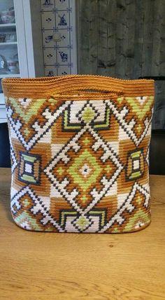 inspiration for variation of Wayuu Mochila bag (no pattern) Mochila Crochet, Crochet Tote, Crochet Purses, Tapestry Bag, Tapestry Crochet, Diy Crochet And Knitting, Crochet Stitches, Bead Loom Patterns, Tunisian Crochet