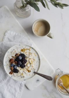 Breakfast oatmeal pudding, with chia & berries - Trois fois par jour Healthy Snacks For Diabetics, Healthy Meals For Two, Healthy Foods To Eat, Healthy Dinner Recipes, Diet Recipes, Vegan Recipes, Easy Meals, Diet Meals, Easy Recipes