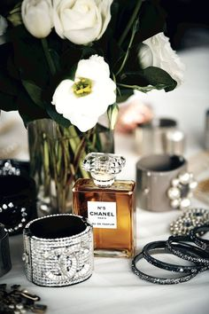 Chanel No. 5 Chanel No 5, Chanel Beauty, Chanel Style, Maquillage Yeux Cut Crease, Mademoiselle Coco Chanel, Gabrielle Bonheur Chanel, Bordon, Dolce E Gabbana, Gisele Bundchen