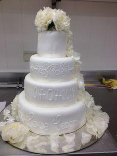 Mooie, strakke, witte stapelstaart. Versiert met echte witte bloemen. En om het wit te breken een sierlijke witte garnering. Wedding Cakes, Om, Desserts, Wedding Gown Cakes, Tailgate Desserts, Deserts, Wedding Cake, Postres, Dessert