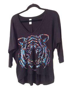 Camisa modelo arredondeada en tela visco negra con aplique tigre
