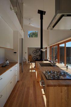 白色のキッチンのデザイン:湖沼に建つ家をご紹介。こちらでお気に入りのキッチンデザインを見つけて、自分だけの素敵な家を完成させましょう。