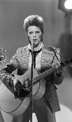 January Russell Harty Plus Pop TV Show at South Bank Studios, London. David Bowie Starman, David Bowie Ziggy, Ziggy Played Guitar, 1970s Music, Just Deal With It, The Thin White Duke, Pretty Star, Ziggy Stardust, Musica