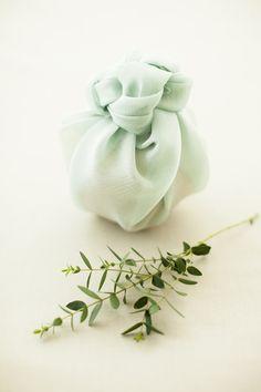 10 Furoshiki pour vos cadeaux: l'art de faire soi même ses emballages (écologique, économique et surtout magnifique) ♦๏~✿✿✿~☼๏♥๏花✨✿写☆☀🌸🌿🎄🎄🎄❁~⊱✿ღ~❥༺♡༻🌺<TU Mar ♥⛩⚘☮️ ❋ Japanese Gift Wrapping, Japanese Gifts, Creative Gift Wrapping, Gift Wrapping Tutorial, Cherry Blossom Theme, Furoshiki Wrapping, Birthday Gift Wrapping, Fabric Gifts, Christmas Crafts For Kids
