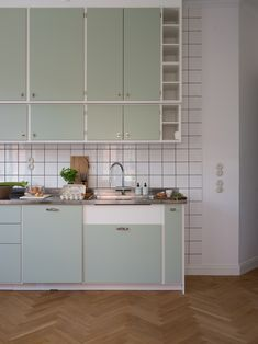 6 ideas for choosing or relooking your kitchen credenza - My Romodel Ikea Kitchen, Kitchen Furniture, Kitchen Interior, Kitchen Dining, Kitchen Decor, 60s Kitchen, Scandinavian Kitchen Cabinets, Lohals, Best Kitchen Colors
