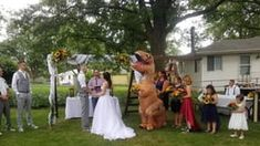 Maid of honor sports T-rex costume for sister's wedding: 'I regret nothing' Low Key Wedding, Wedding Dj, Wedding Humor, Wedding Couples, Crazy Wedding, Bride Sister, Sister Wedding, Nebraska, Costumes For Sisters