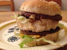 Ingenting kan måle seg med originalen som du får på McDonald's. Men hvis du har lyst til å lage noe som ligner anbefaler jeg denne oppskriften Panini, Big Mac, Mcdonalds, Ethnic Recipes, Food, Meal, Eten, Meals