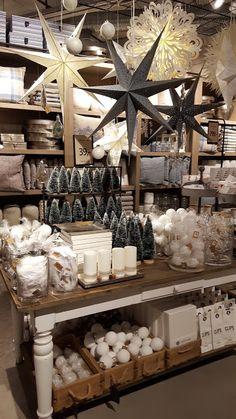 En sniktitt inn i den nyoppussede butikken vår på Sirkus Shopping Christmas Shop Displays, Gift Shop Displays, Christmas Window Display, Christmas Store, Christmas Shopping, Jewelry Displays, Boutique Interior, Interior Shop, Retail Interior