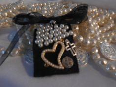 Escapularios bordados para recuerdos de boda con dije de chapa de oro y perlas de vidrio $50 Wedding Planning, Blog, Beautiful, Jewelry, Decor Ideas, Art, Saints, Golden Wedding Anniversary, Woven Bracelets