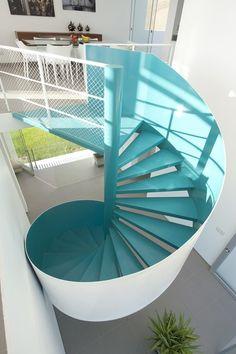 Un escalier en colimaçon bleu et blanc. http://www.m-habitat.fr/escaliers/types-d-escaliers/l-escalier-en-colimacon-671_A