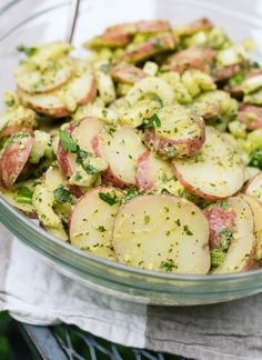 Herbed Red Potato Salad ~ This healthy red potato salad recipe is full of fresh flavor. It's mayo-free and so easy to make (and vegan, too!). Sure to be a hit at your potluck!