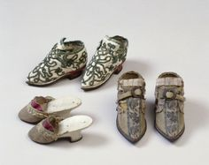 Miniaturpantoffel (Zubehör, Schuhe) Inventarnummer: T2245 Datierung: um 1760 Material/Technik: Obermaterial: Seide, braun, weiß; Leinwandbi...