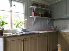 Bildresultat för gysinge kök Swedish Farmhouse, Swedish Kitchen, Old Kitchen, Cooking Utensils Set, Kitchen Utensil Set, Kitchen Storage, Townsend Homes, Scandinavian Style, Kitchen Gadgets