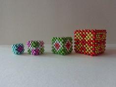 """A """"kockagyáram"""" ezerrel termel! Mit csináljunk ezzel a rengeteg kockával? - Mesés gyöngyök Beading Patterns, Beads, Collection, O Beads, Bead Patterns, Beading, Pearler Bead Patterns, Pearls, Bead"""
