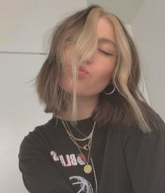 Hair Color Streaks, Hair Dye Colors, Hair Highlights, Two Color Hair, Hair Streaks Blonde, Blonde Dye, Short Grunge Hair, Short Indie Hair, 90s Grunge Hair